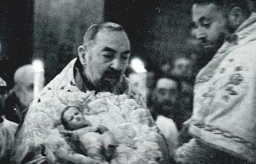 Padre_Pio_a_Natale.jpg (68654 bytes)